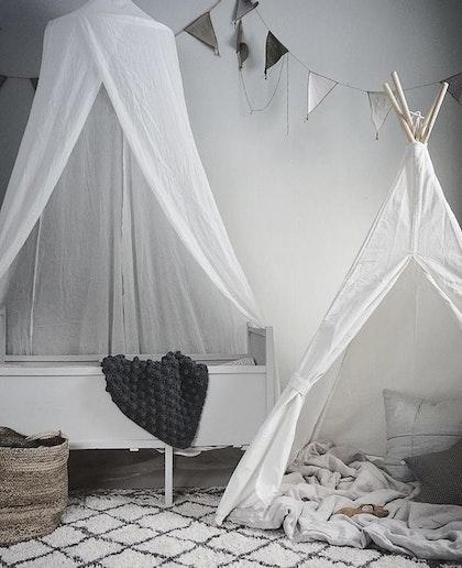 JaBaDaBaDo vit sänghimmel med ljusslinga