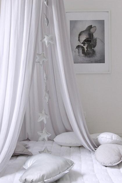 Vit sänghimmel till barnrummet med ljusslinga (20 ljuskällor), Cotton & Sweets