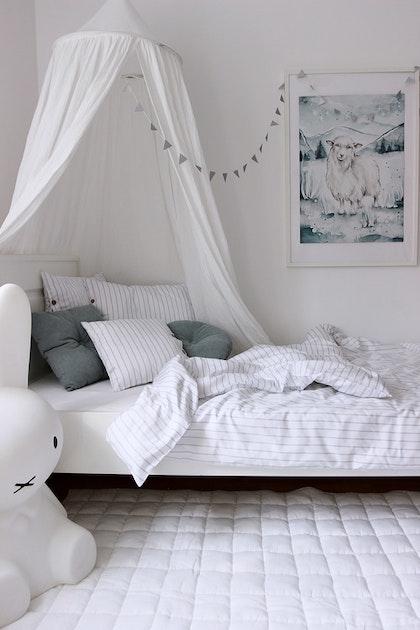 Vit sänghimmel av linne till barnrummet med ljusslinga , Cotton&Sweets