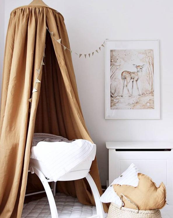 Mustard sänghimmel av linne till barnrummet med ljusslinga , Cotton & Sweets