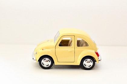 Leksaksbil stor Volkswagen pastell beetle gul