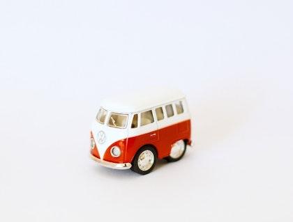 Leksaksbil volksvagen pastell bus mini mörkröd