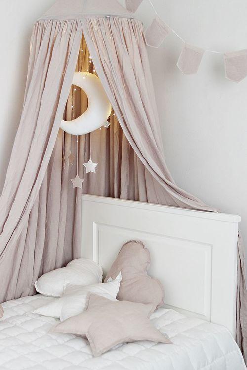 Puderrosa sänghimmel av linne till barnrummet med ljusslinga , Cotton & Sweets