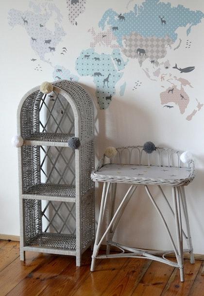 Lilu, liten grey bokhylla till barnrummet
