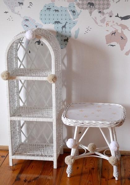 Lilu, liten vit bokhylla till barnrummet