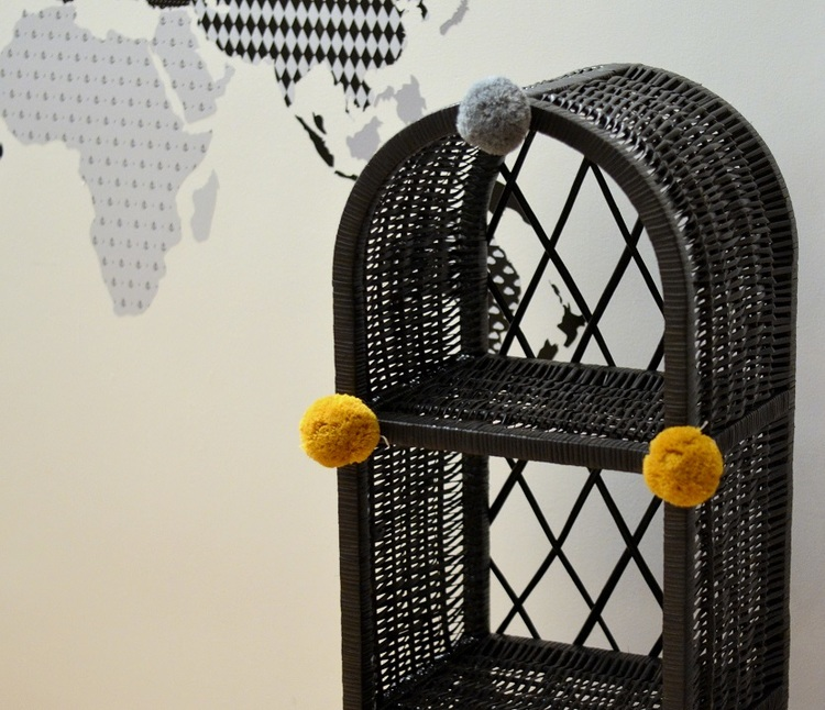 Lilu, liten grafit bokhylla till barnrummet