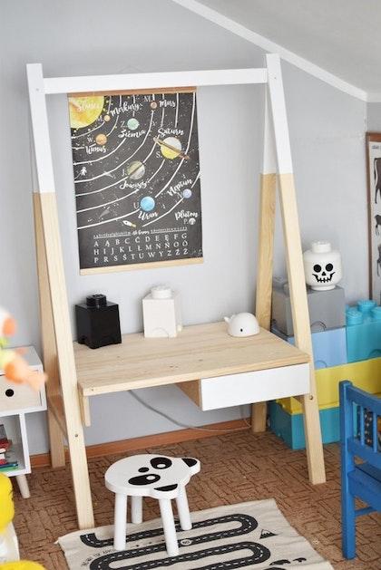 Skrivbord till barnrummet med justerbar bordsskiva