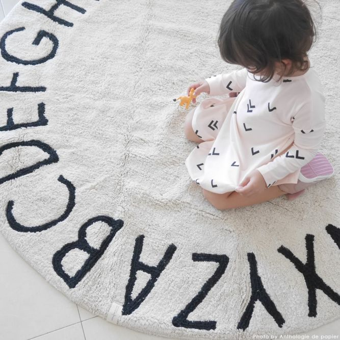 Lorena Canals rund matta till barnrummet, abc natural/black