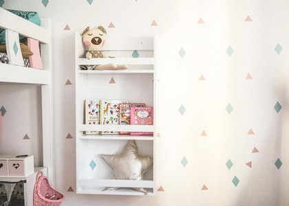 Stor bokhylla i trä till barnrummet