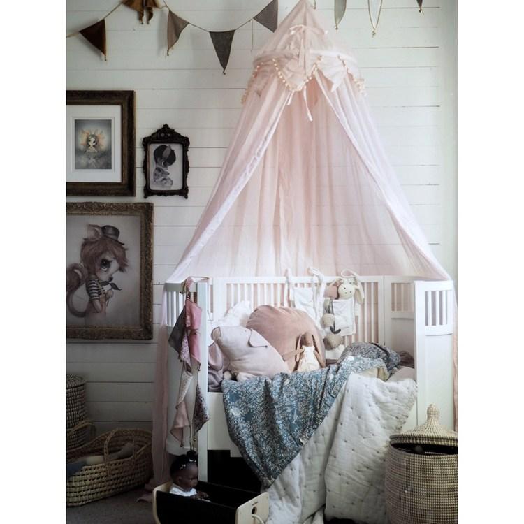 Form Living, rosa sänghimmel med ljusslinga