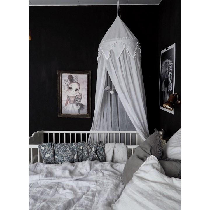 Form Living, vit sänghimmel med ljusslinga