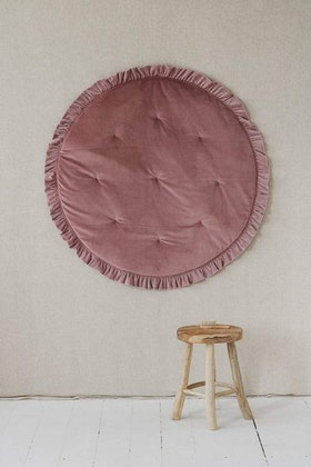 Moi Mili, rund lekmatta med volanger i sammet, dirty pink