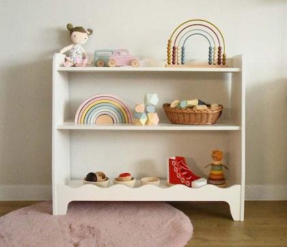 Vit bokhylla till barnrummet