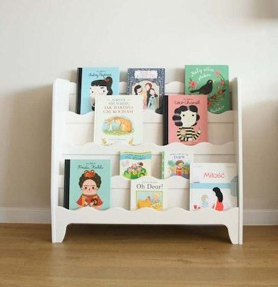 Vit golvbokhylla till barnrummet