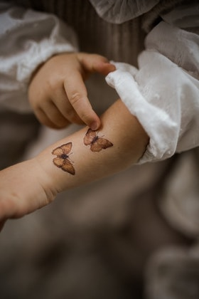 Mrs Mighetto, gnuggis fake tatuering Flowers & Flying Friends