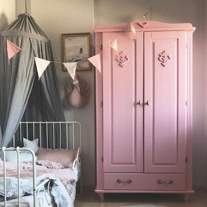 Charlotte,Rosa garderob till barnrumet