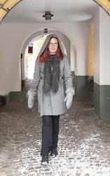 Grafitgrå fårskinnsboa av gotländskt lammskinn - långhårig