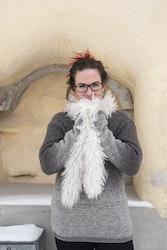 Vit fårskinnsboa av gotländskt lammskinn - långhårig