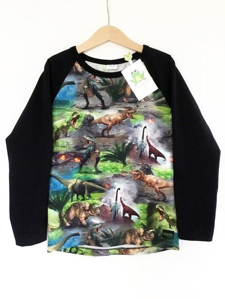 Tshirt med raglanärm i svart och tyg med dinosaurier
