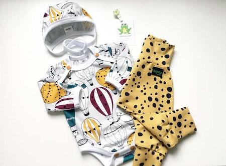 Stora Babysetet med body/hjälmmössa i tyg Luftballonger, Petrol matchat med baggybyxa i Leopard Dots, Senap