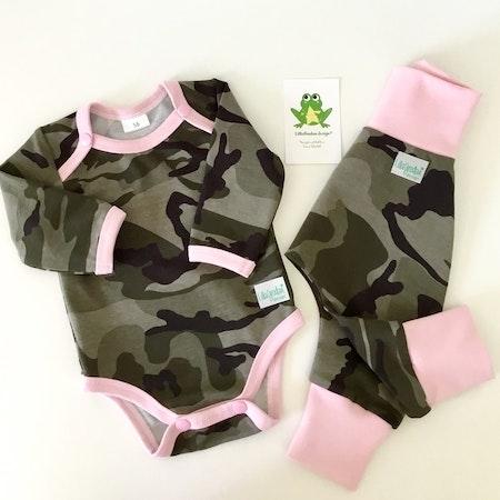 Baggybyxa + Kuvertbody i Camo Grön, kantat/muddat med rosa - valfri mössa kan väljas