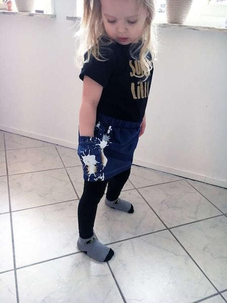 Kjol Vera med fickor i tyg Denim mörkblå och fickor i Splat! Guld/Denim mörkblå