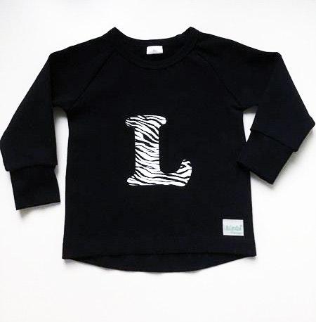Bokstavströja - T-shirt med bokstav i zebravinyl och förlängt bakstycke, bred ärmmudd