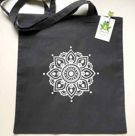 Tygkasse Grafitgrå, med Mandalaflower i vit vinyl