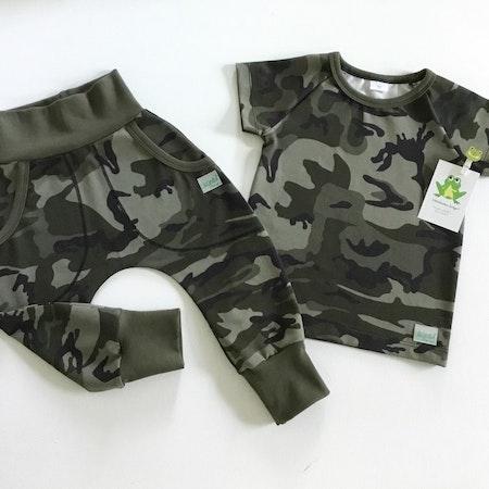 Baggybyxa med fickor och tshirt i Camo grön, muddkantning i Armygrön mudd
