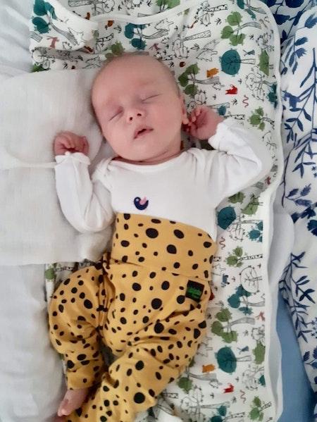 Baggybyxor, livebild på 7 veckors baby