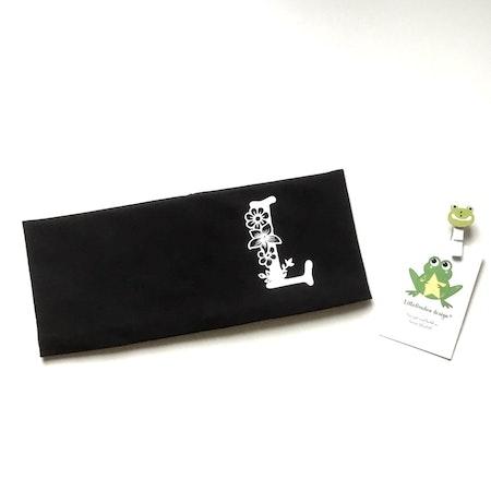 Pannband i svart med bokstav, typsnitt 2, vit vinyl