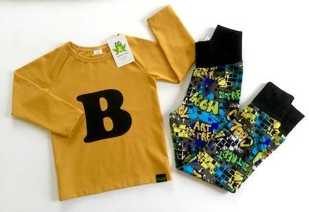 Bokstavströja - T-shirt med bokstav i svart vinyl och tyg Senap