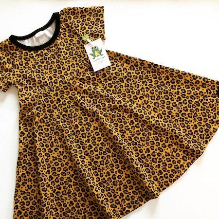 Snurrklänning i tyg Leopard Senap SK546, ökotex. Muddning i svart