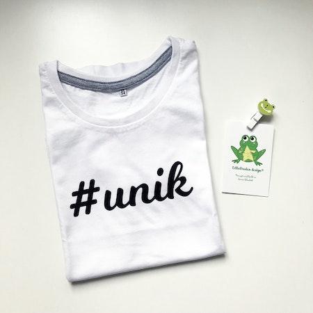 T-shirt i vitt med #unik i svart vinyl