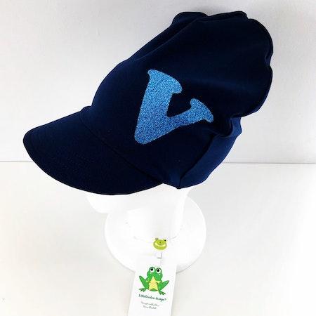 Bokstavsmeps i Marinblått med bokstav i blå glittervinyl, typsnitt 1