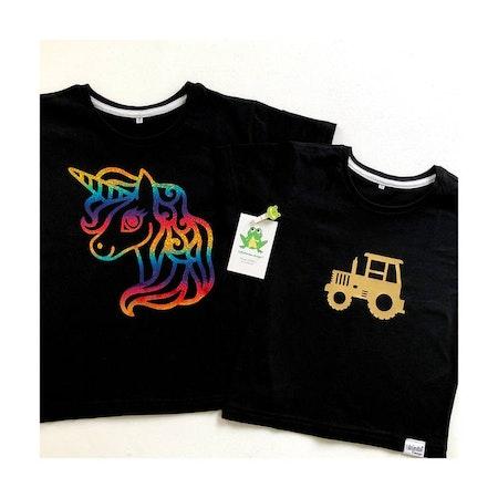 Svart t-shirt med motiv nr 1, vinyl Multi Skimmer och motiv nr 6, guldvinyl