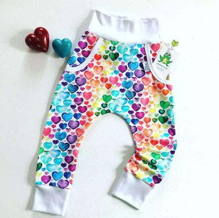 Baggybyxa med fickor, tyg Hjärtan, Regnbågsfärg. Mudd vit