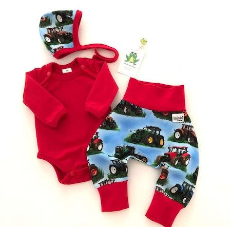 Babyset - body i Enfärgat Klarröd och baggybyxa/hjälmmössa i Traktor Blå