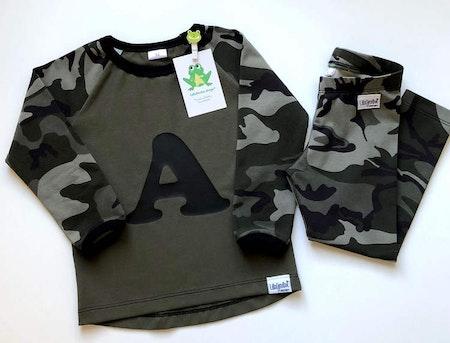 t-shirt i Enfärgat Armygrön, ärmar i Camo, grön och vinyltryck i svart