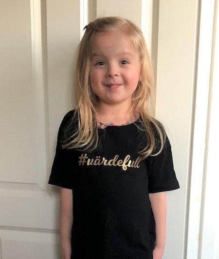T-shirt svart med hashtag nr 5, guldvinyl - livebild