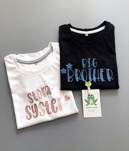 T-shirt storasyster,vit med vinyl GuldRosé och Big Brother, svart, blå glittervinyl