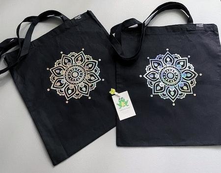 Tygkasse Grafitgrå, med Mandalaflower i Silver Skimmer