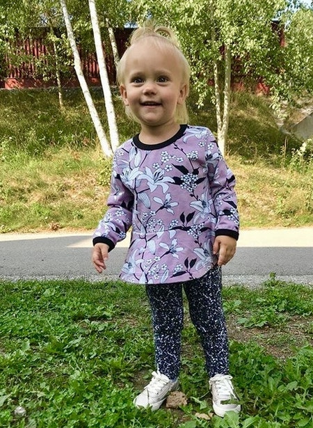 Peplumtop - lång ärm, Liljor Ljuslila, livebild (tyget slut)