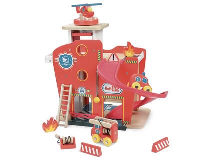 Brandstation i trä, två våningar och roterbar helikopterplatta - Från Vilac
