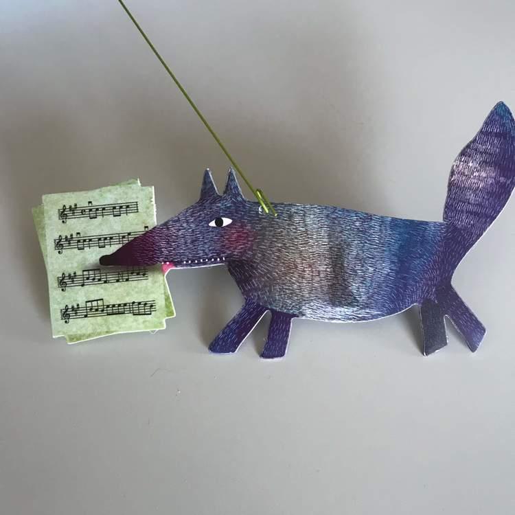 Härlig mobil med djurparad (Carneval of animals) från Djeco - Varg med noter