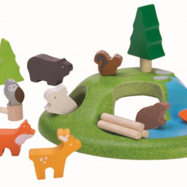 Trädjur på en kulle från PlanToys