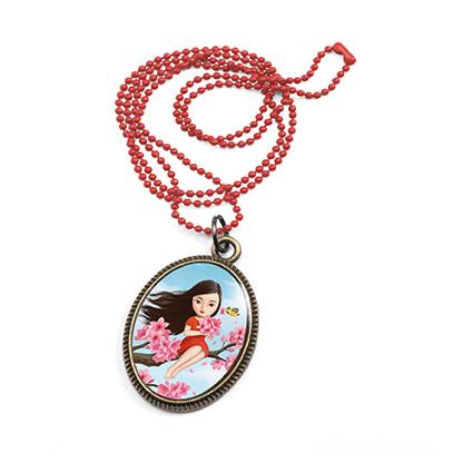Vackert litet halsband - Flicka i körsbärsträdet