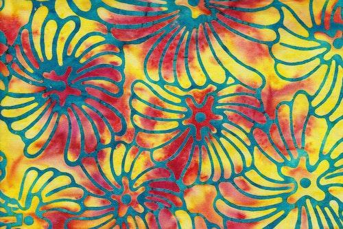 Gulröd botten med blå blommor