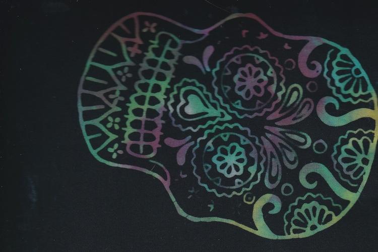 Flerfärgad döskalle på svart botten