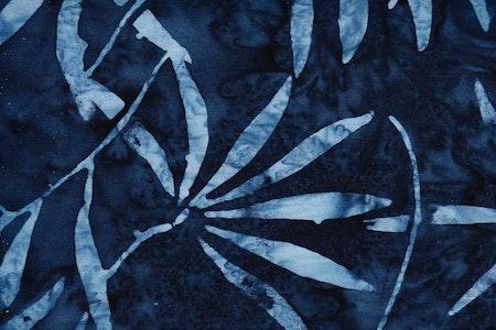 Blå med ljusblått bladtryck. Viskos. 140 cm bred